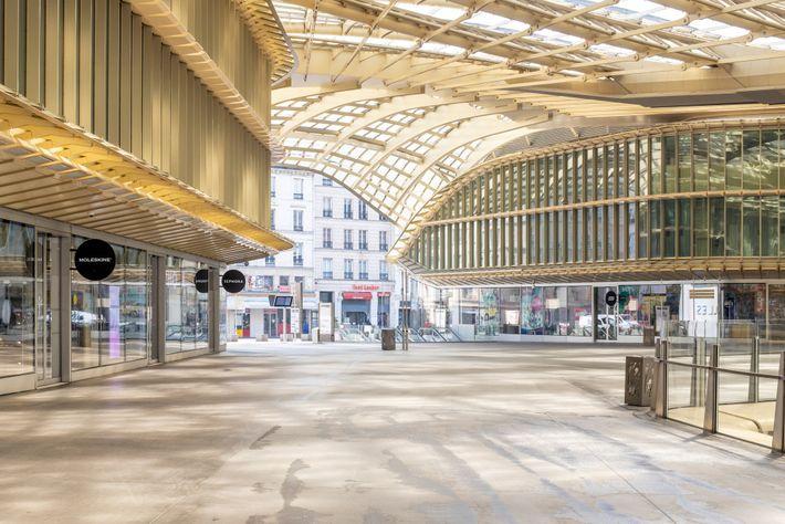 Le Forum des Halles, au centre de Paris, est l'un des plus grands centres commerciaux d'Europe. ...