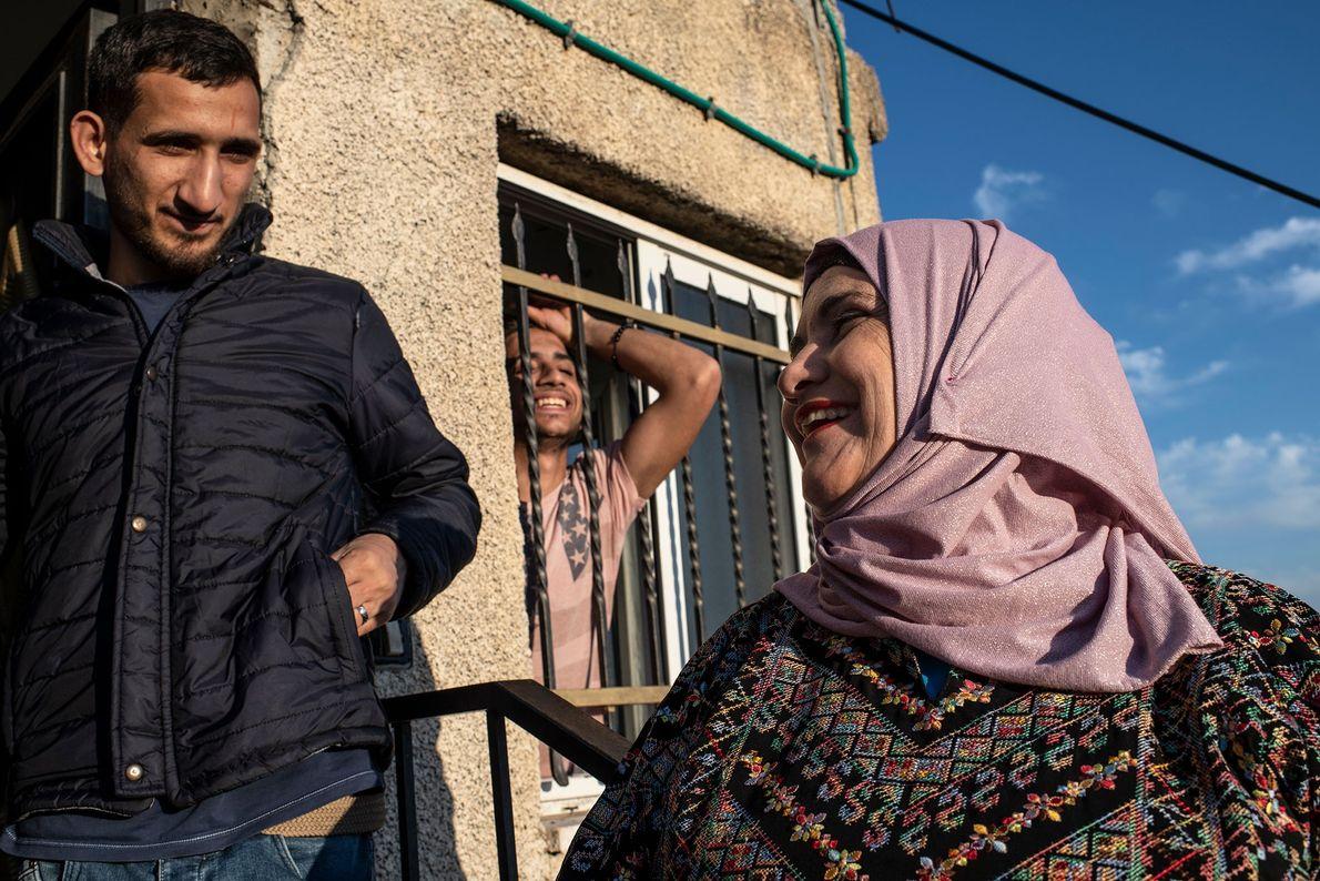 Tanatra discute avec deux de ses fils avant l'iftar, le repas du soir qui permet de ...