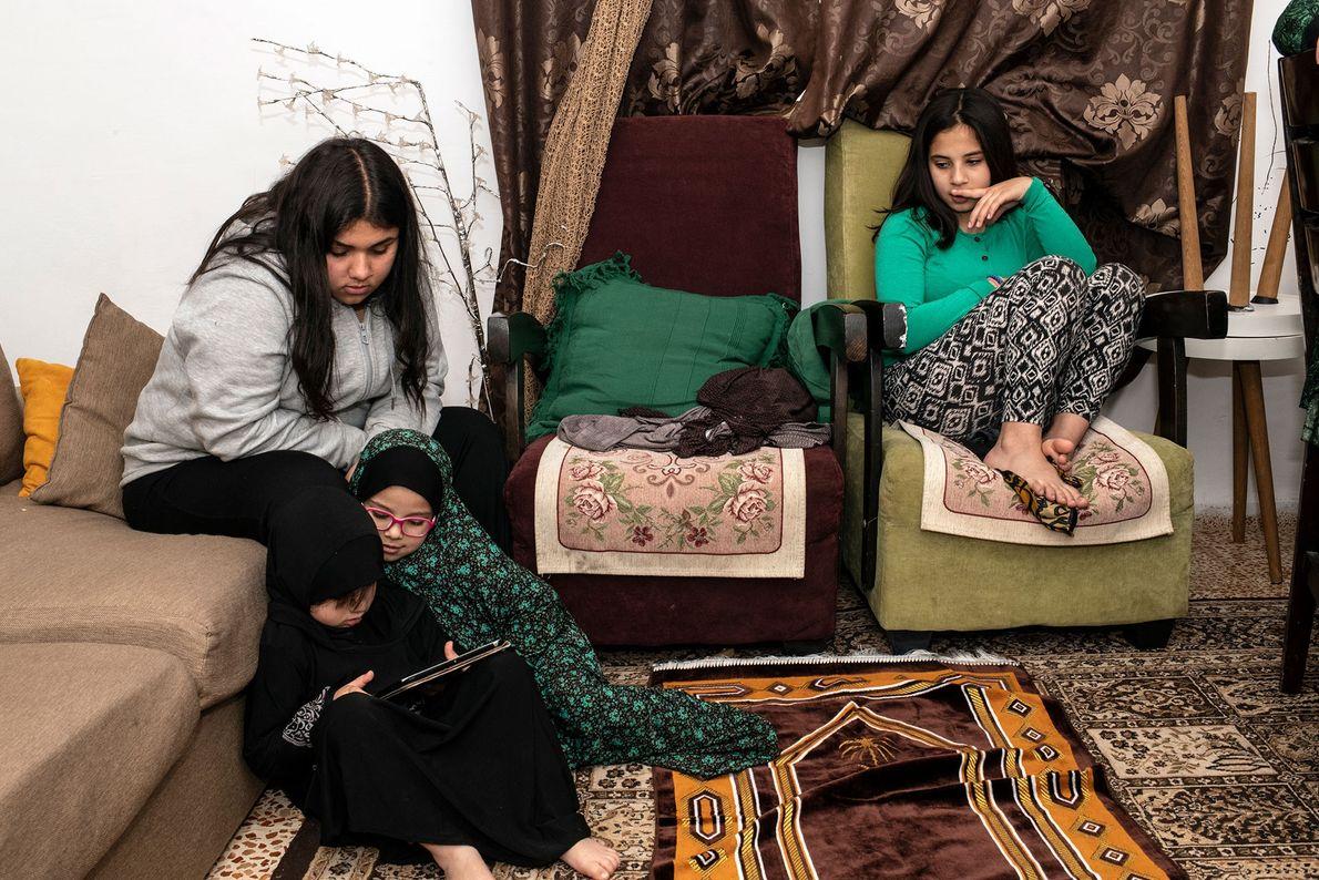 Cette année, les quatre filles de Hanadi Kobari font le Ramadan avec leur mère. Les deux sœurs ...