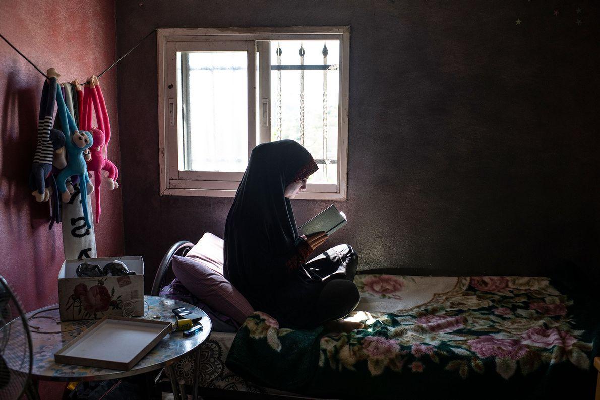 Jehan, la fille de Tanatra, a 23 ans. Elle profite d'un moment où elle n'aide pas ...