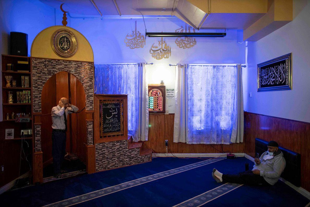 Un bénévole appelle à la prière de la nuit, l'isha, au Muslim Community center de Brooklyn, ...