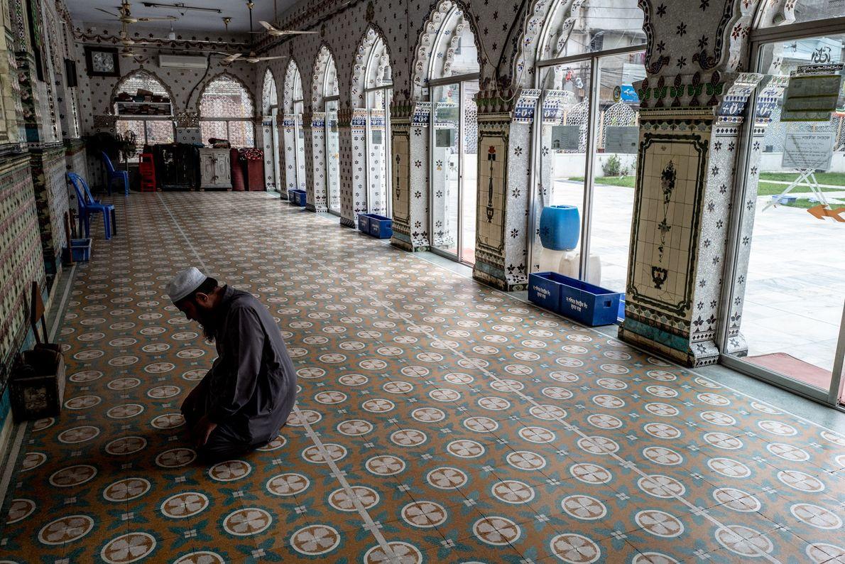 Partout dans le monde, les mosquées ont fermé leurs portes et les musulmans pratiquants sont encouragés ...