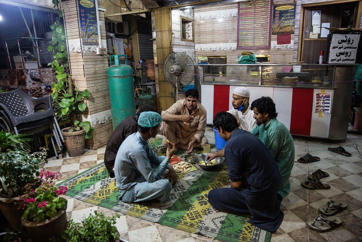 Dans la capitale pakistanaise, les commerces qui vendent des produits alimentaires de première nécessité sont autorisés ...