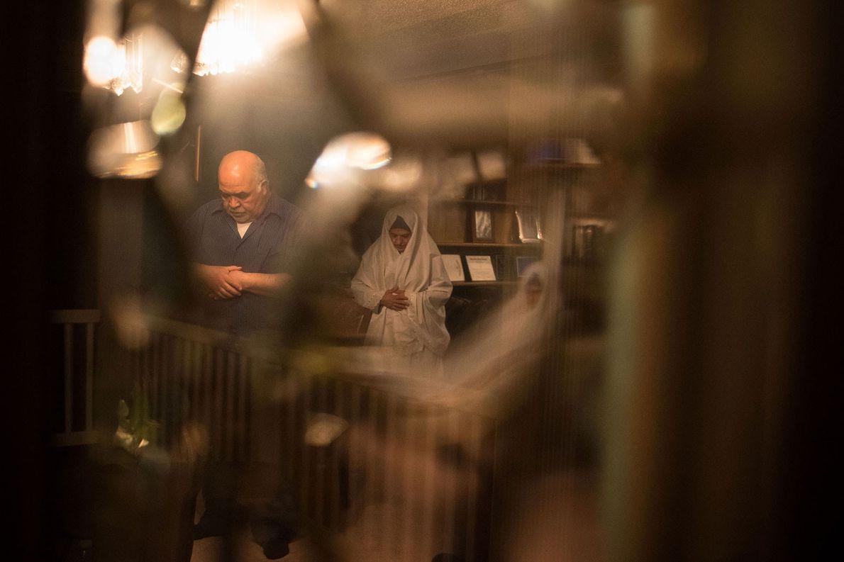 Sameeh et Suhad Eid, les parents de la photographe, marquent un temps de prière après l'iftar ...