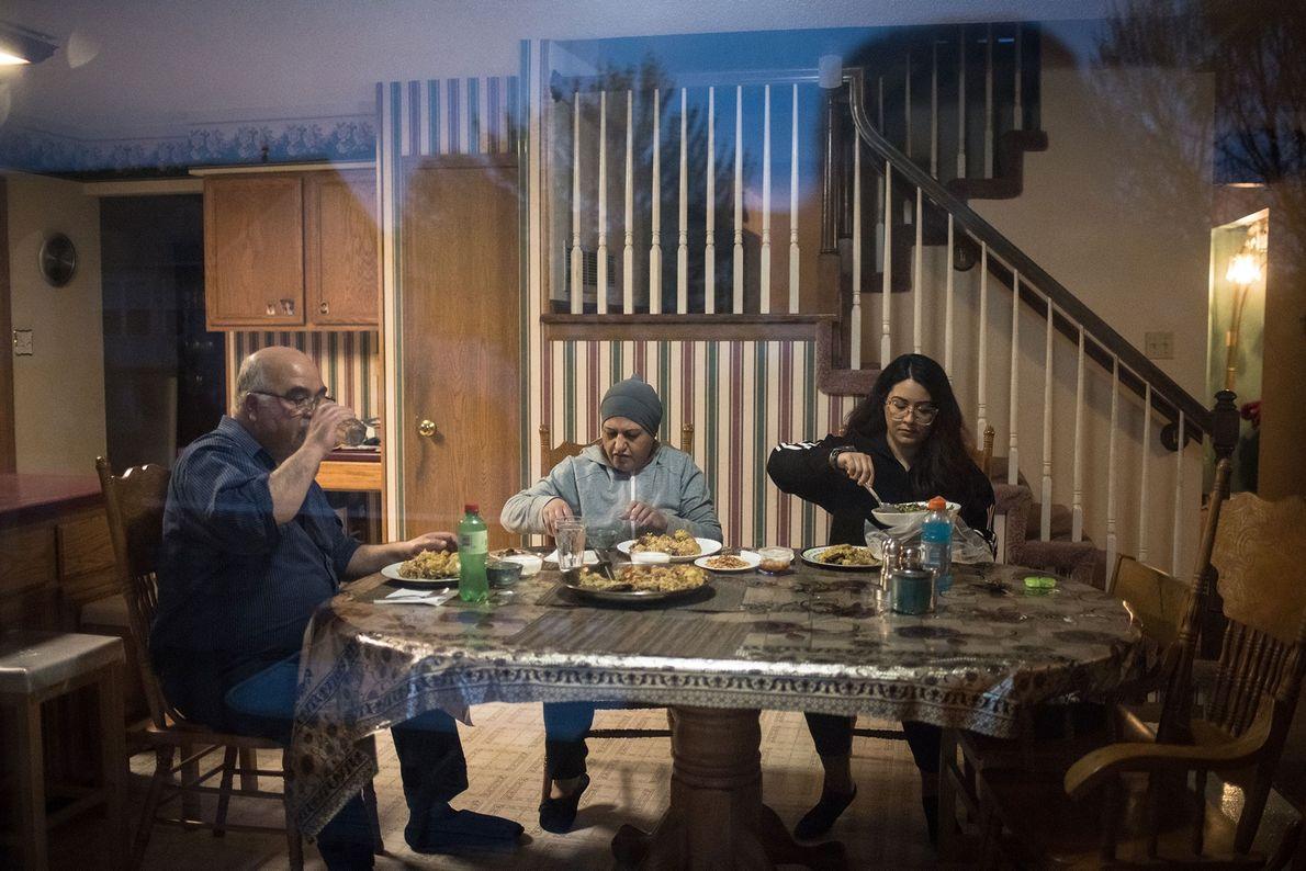 Assise dans une autre pièce, la photographe observe ses parents et sa sœur rompre le jeûne. ...
