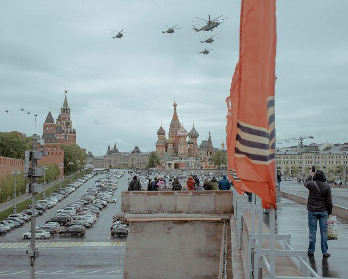 Des avions militaires survolent la Place rouge de Moscou le Jour de la Victoire pour commémorer ...