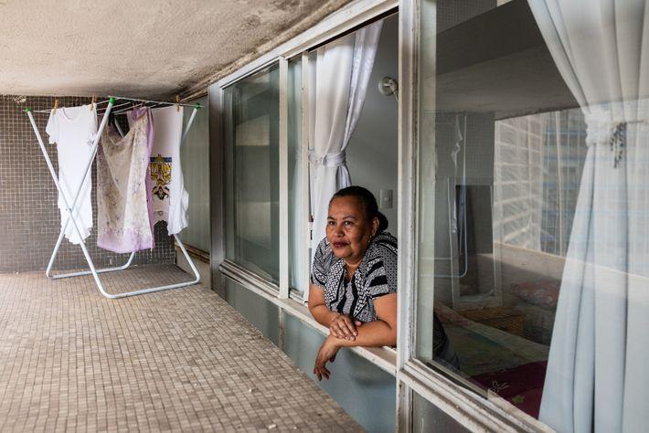 À 55ans, Angelica Cunha est aide-soignante pour une femme âgée et dépend de son salaire pour ...