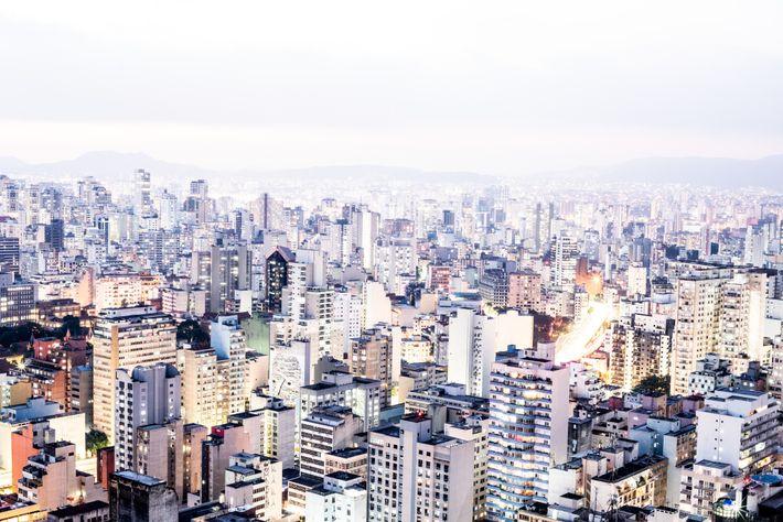 Cette photographie en pose longue prise depuis le toit du Copan donne à la skyline de ...