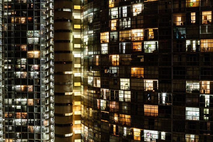 Le Copan brille à la manière d'un phare dans le centre de São Paulo, à l'heure ...