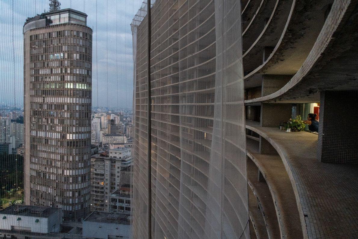Centre-ville de São Paulo au crépuscule, vu du bord du bâtiment Copan. La ville de 12 ...