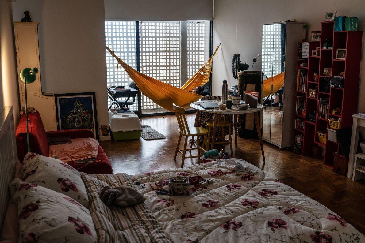 Professeure d'art de 27 ans, Bruna Moraes paresse au creux d'un hamac installé dans son appartement. D'après ...