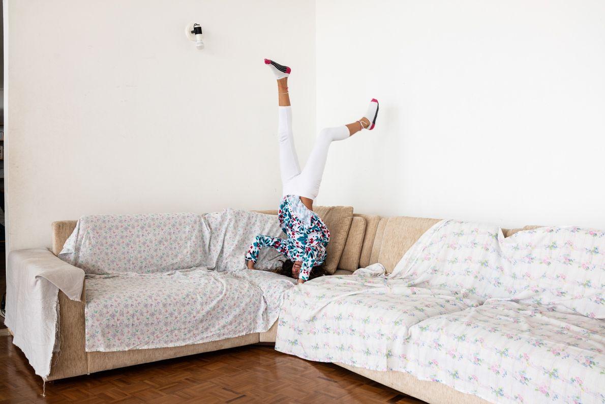 Helena Sabino, 10 ans, joue sur le canapé de l'appartement de famille.