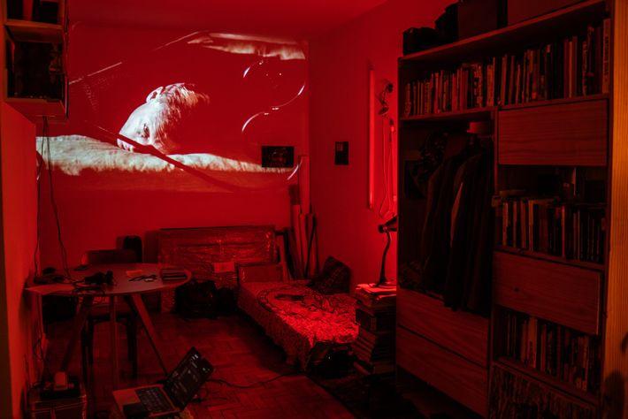 Ilê Sartuzi a transformé son appartement en cinéma de fortune. Confinés, les résidents redoublent de créativité ...