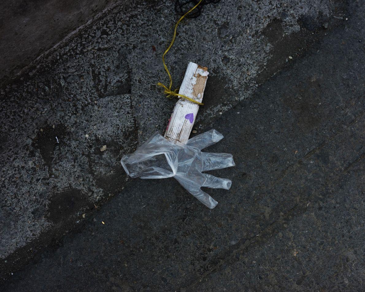 Les Iraniens portent des gants en latex pour se protéger du virus. Mais il est difficile ...