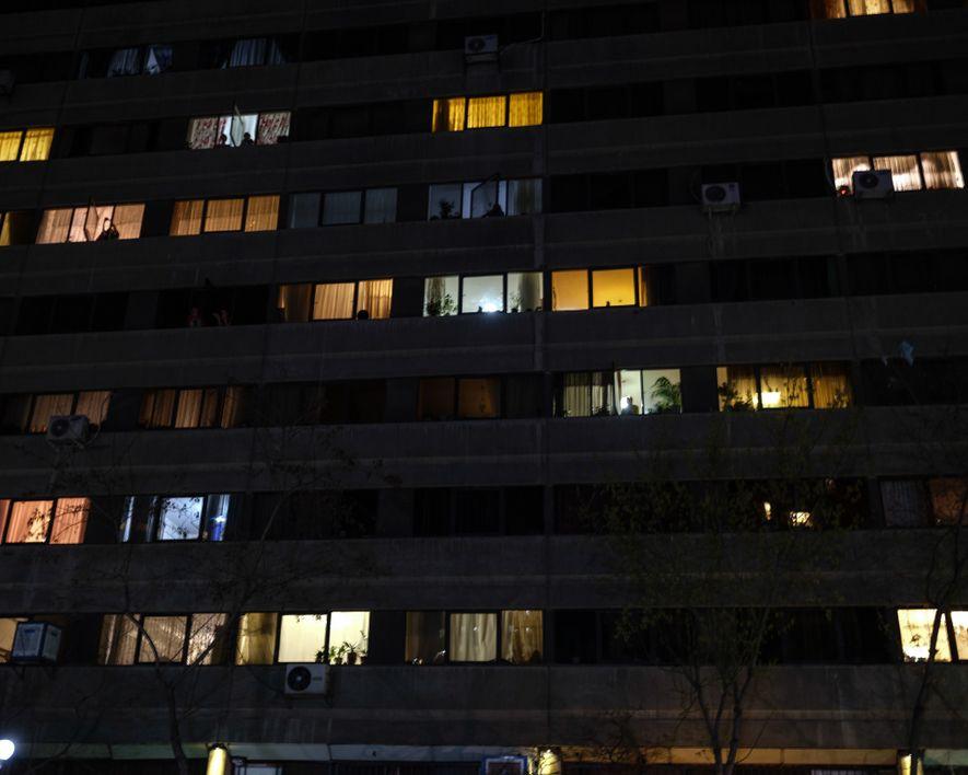 Dans la résidence Ekbatan à l'ouest de Téhéran, les habitants se mettent à leur fenêtre chaque ...