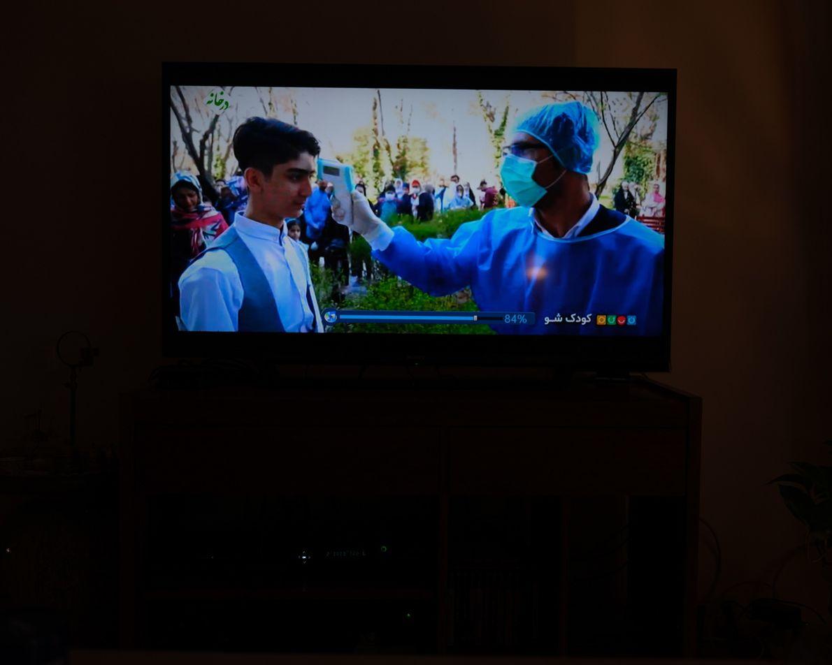 Photo d'un programme télévisé montrant la lutte contre le coronavirus. La télévision installée dans la maison ...