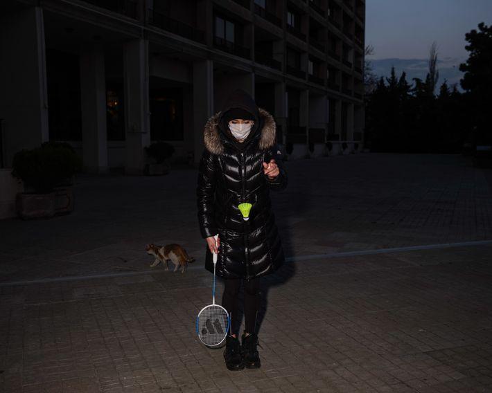 Fatiguée de rester enfermée, la sœur de l'auteure enfile un masque pour jouer au badminton avec ...