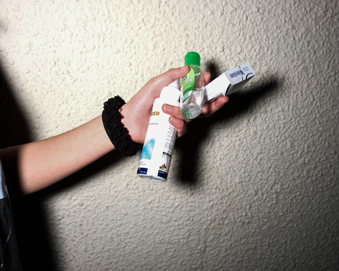 Le gel hydroalcoolique et le désinfectant font aujourd'hui partie des objets que les Iraniens emportent tout ...