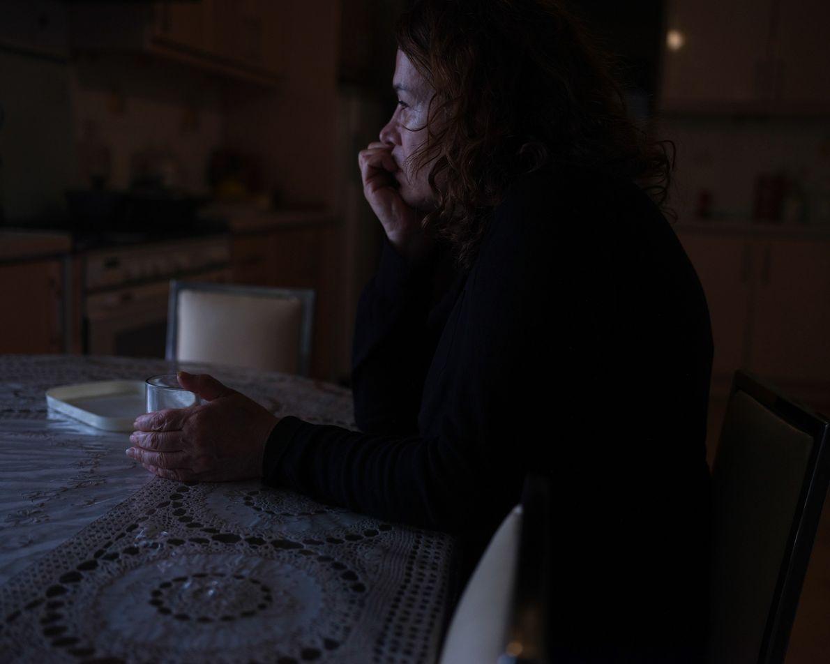 La mère de l'auteure, Jila, passe le plus clair de son temps assise à la table ...