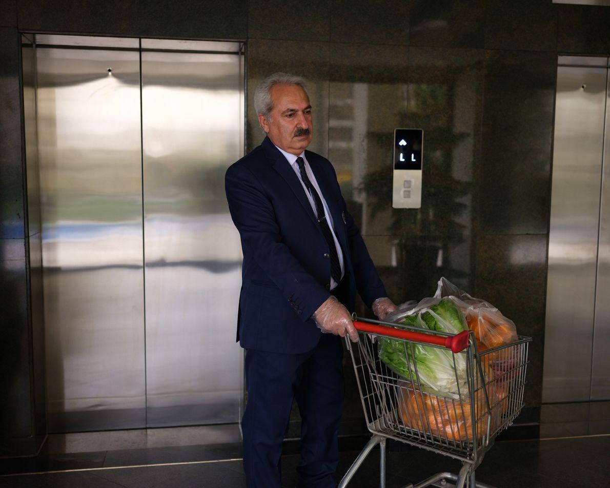 Les livreurs des supermarchés n'ont plus le droit d'entrer dans les immeubles. C'est donc le concierge ...