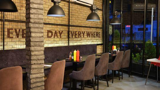 Avant le coronavirus, ce restaurant populaire était toujours plein, jamais une place libre. Aujourd'hui, il est ...