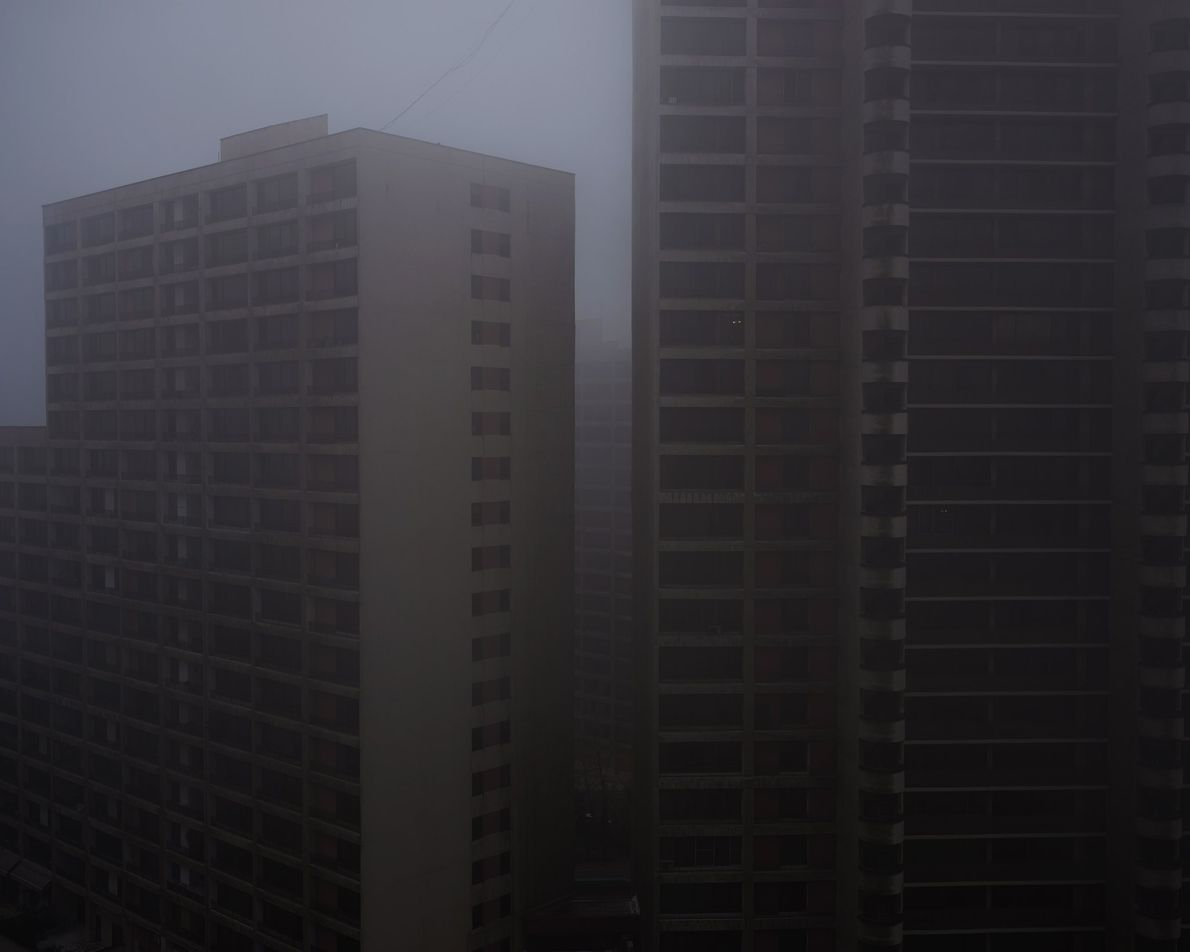 En regardant depuis son balcon, une brume épaisse vient troubler la vue de l'auteur sur les ...