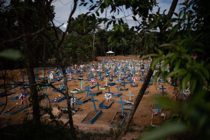 Les tombes des victimes de laCOVID-19 remplissent une nouvelle section du cimetière de Nossa Senhora Aparecida, ...
