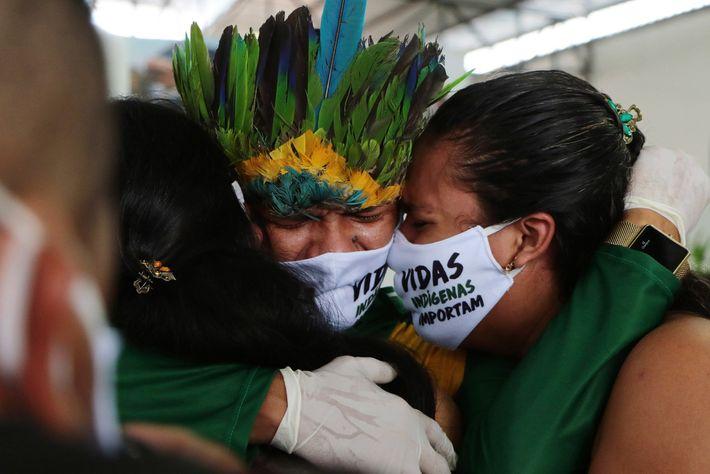 Lors d'un service funèbre organisé au Parc des Nations autochtones, à Manaus, des proches pleurent la ...