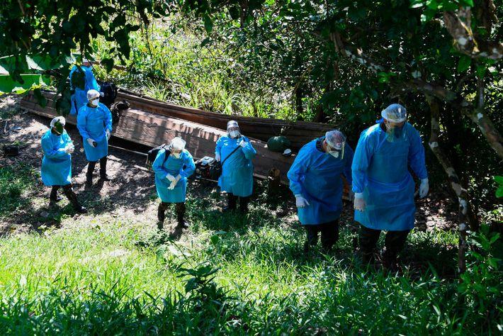 Une équipe médicale des forces armées brésiliennes arrive dans le village indigène de Cruzeirinho, sur la ...