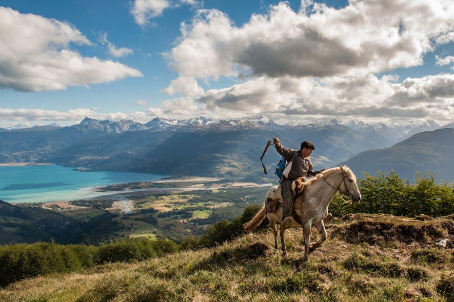 Un gaucho du chili monte à cheval au-dessus du lac General Carrera près de Puerto Río ...