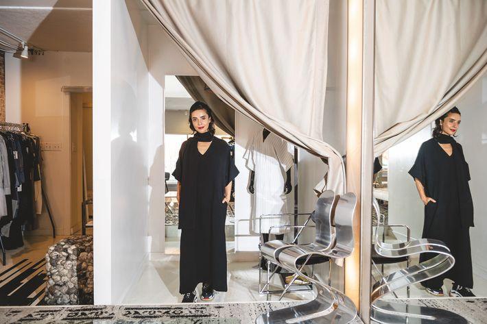 Née en Albanie, où elle fabriquait souvent ses propres vêtements, la créatrice Bela Shehu est venue ...