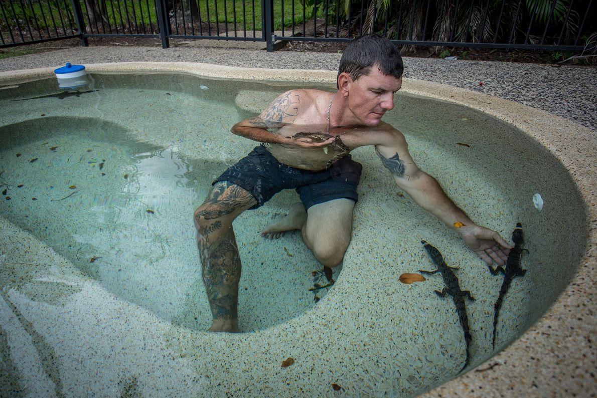 Aaron Rodwell, l'un de ces chasseurs de crocodiles, est un passionné de reptiles. Il garde des ...