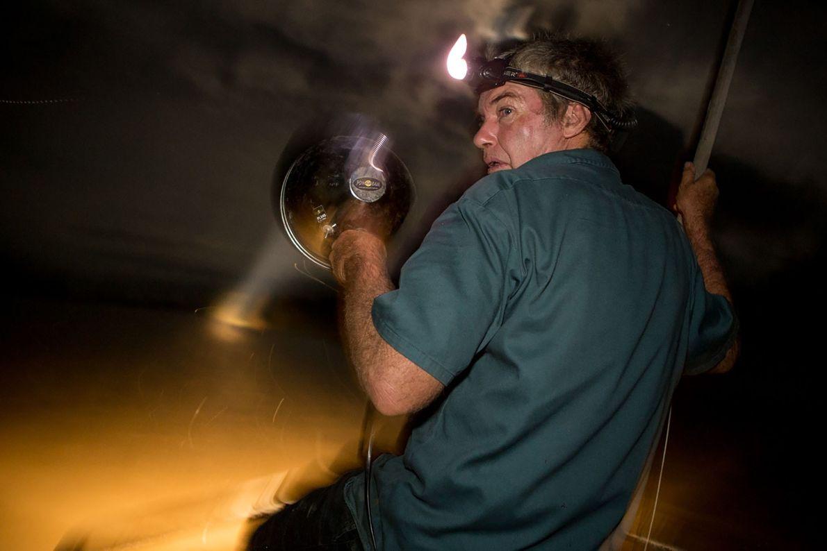 Des chasseurs traquent des crocodiles pendant la nuit.
