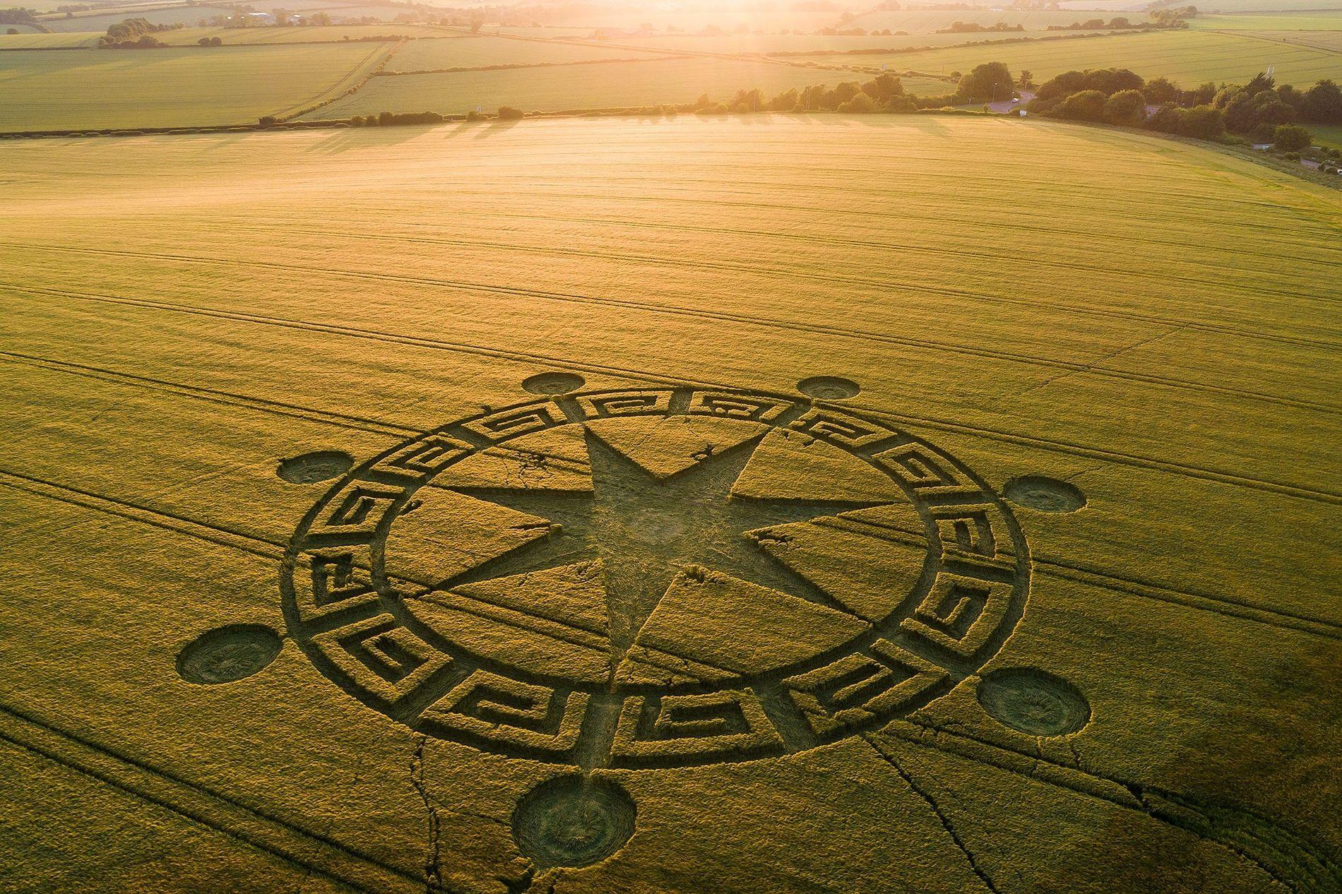 Le soleil se couche au-dessus d'un agroglyphe situé non loin de Sixpenny Handley dans le Dorset, ...