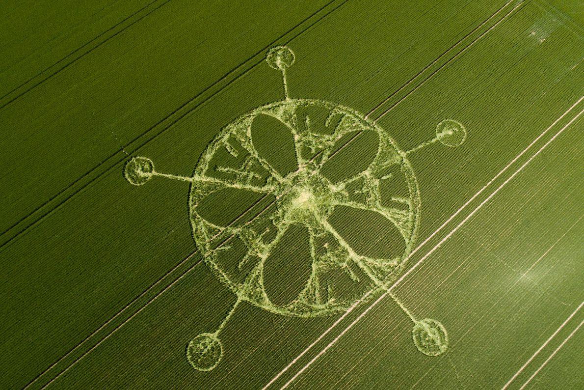 Cet agroglyphe situé près de Winterbourne Stoke Down, à Stonenhenge, dans le Wiltshire, a été réalisé ...