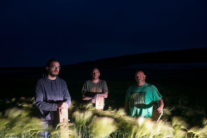 Ces artistes qui ne se cachent pas de réaliser des agroglyphes posent dans un champ en ...