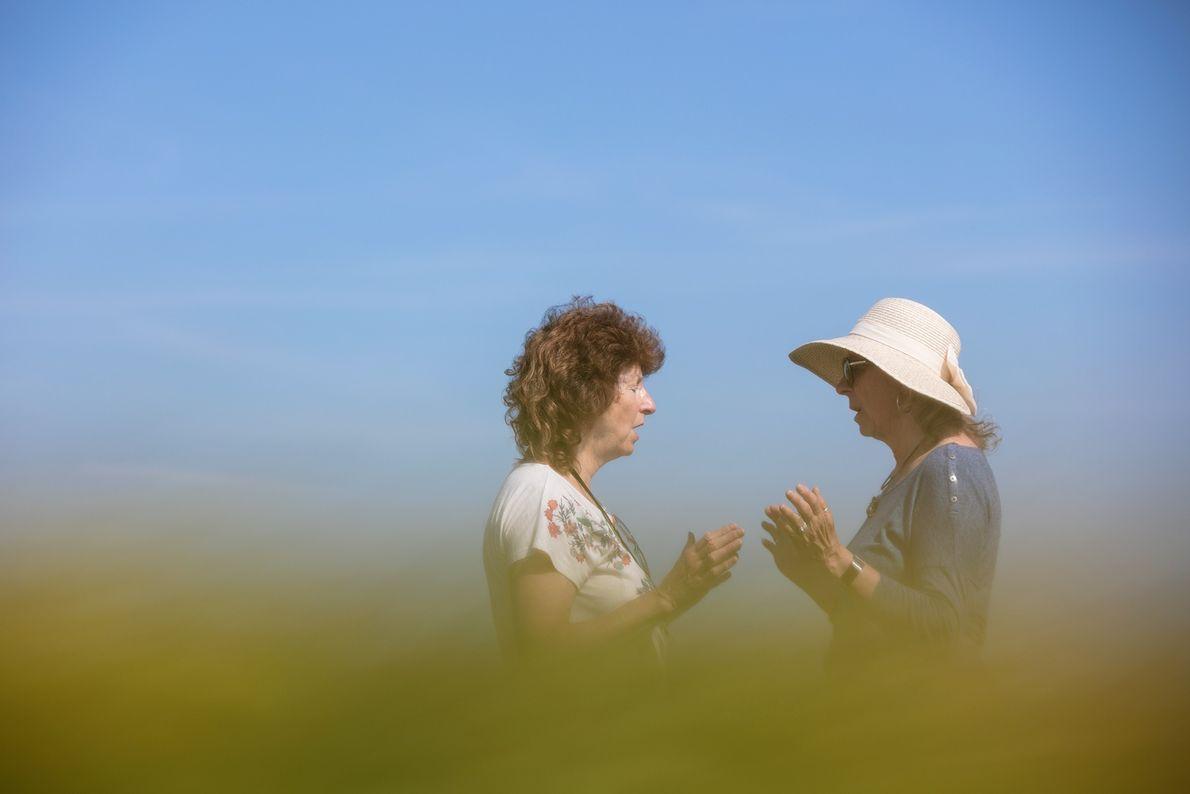 Au centre d'un agroglyphe, ces touristes américaines sont en plein rituel.