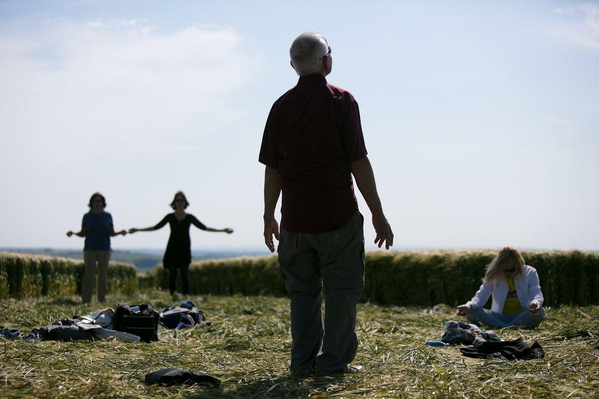 Au cours d'un circuit de sites sacrés qui les mènera à Glastonbury, un groupe de touristes ...