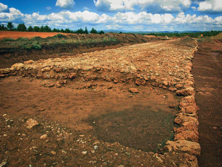 Section transversale d'une voie romaine reliant Osma à Garray dans le nord-ouest de l'Espagne.