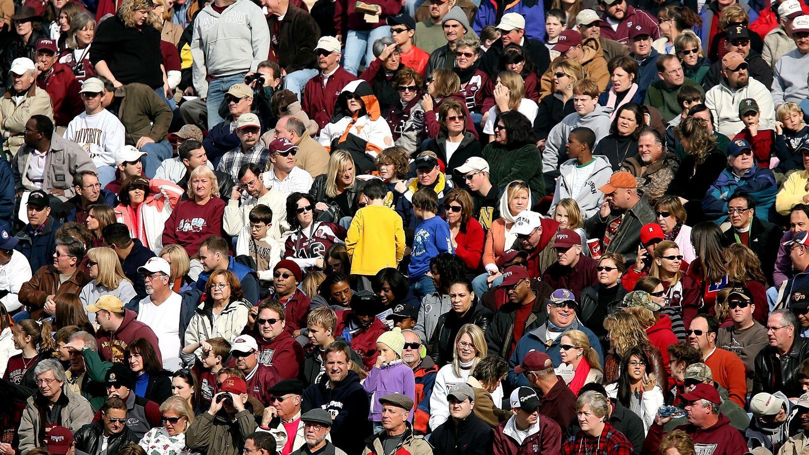 Supporters rassemblés pour assister à un match de football.