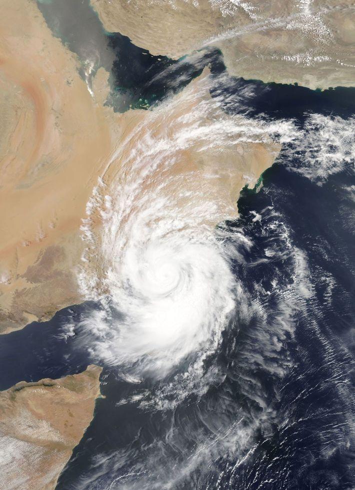 Le cyclone Mekunu s'abat sur la côte est de l'Afrique le 25 mai 2018. Ce cyclone ...