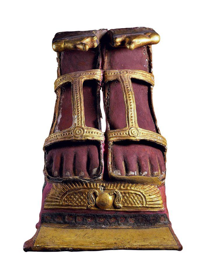 Les pieds étaient souvent fabriqués en cartonnage, puis jouxtés à la momie pendant l'enveloppement.