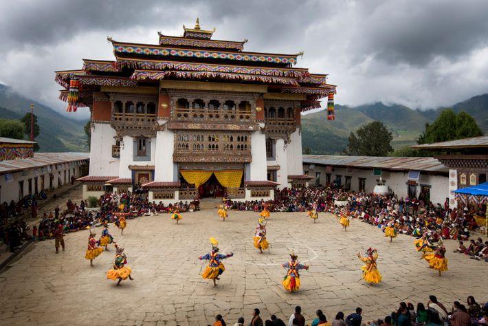 Des danseurs costumés célèbrent Domkhar Tshechu, un festival au Bhoutan.