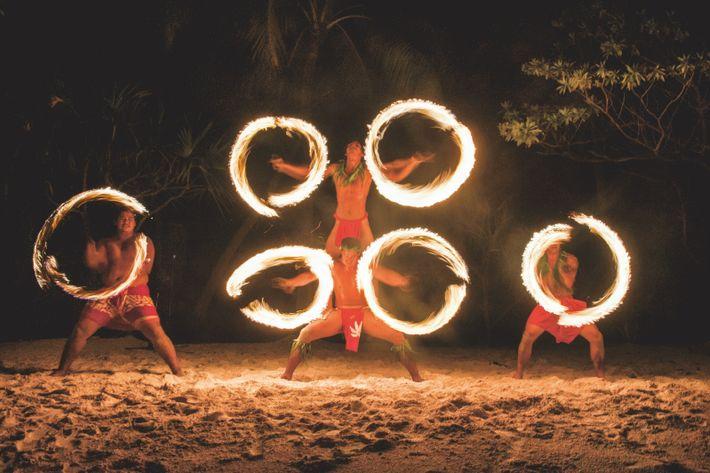La danse du feu, qui trouve ses racines dans d'anciens rituels polynésiens, est un des temps ...