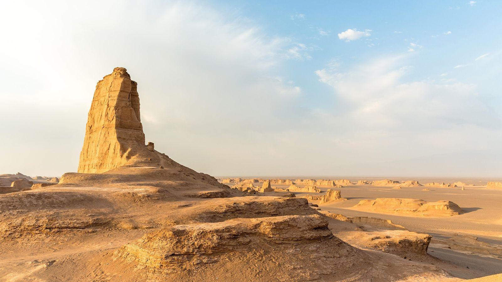 Une formation rocheuse s'élève du désert en Iran, à Dasht-e Lut.