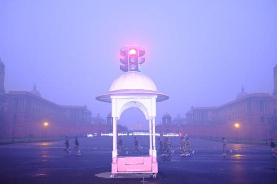 Des soldats partent pour un footing matinal dans l'épais brouillard de pollution entourant Raisina Hill, à ...