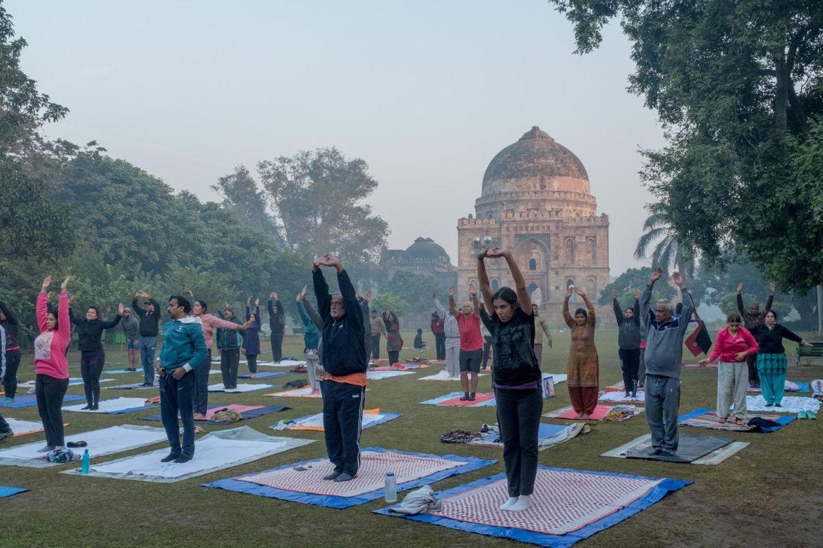 Des cours de yoga sont organisés dans les Lodi Gardens qui font face à Bara Gumbad. ...