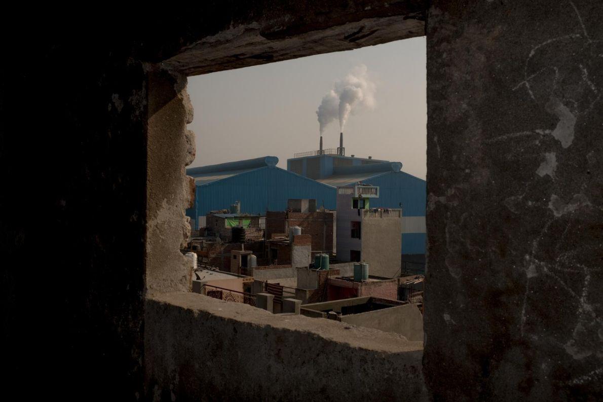 Les cheminées d'une usine fument dans la zone industrielle de Sahibadab aux portes de Delhi.