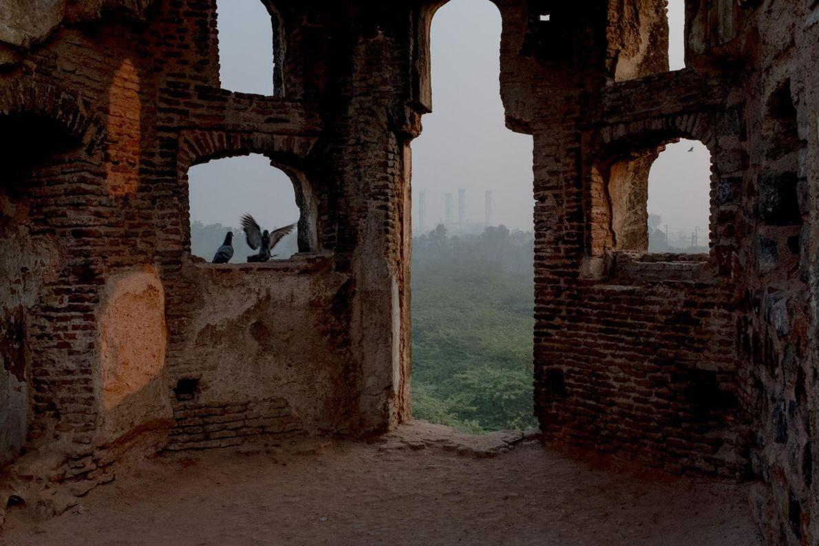 Les usines sont visibles même à bonne distance, depuis les remparts de Purana Qila.