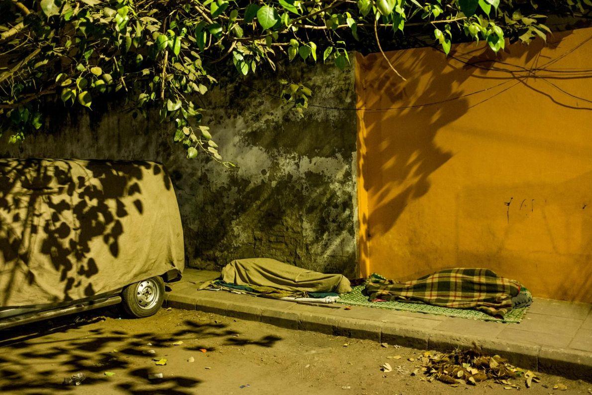 Deux personnes dorment dehors, près de Padam Chand Marg, dans la région de Delhi.